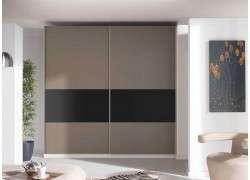 Armario de puertas correderas con plafón negro lacado