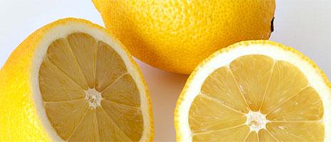 Cómo quitar manchas de cal con limón