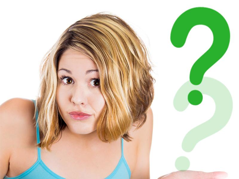 Chica dudando confundida con signo de interrogante para ilustrar un artículo sobre inocentadas en el blog de Mobiprix