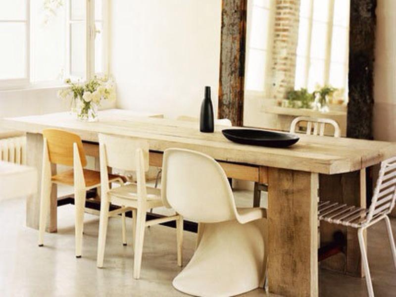 Sillas combinadas en mesa de madera rústica