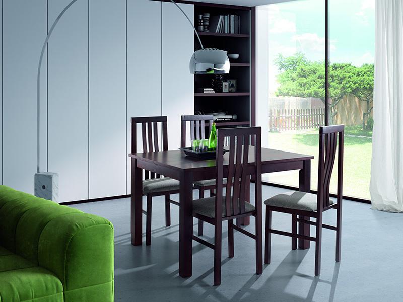 Mesa y sillas de comedor en un ambiente