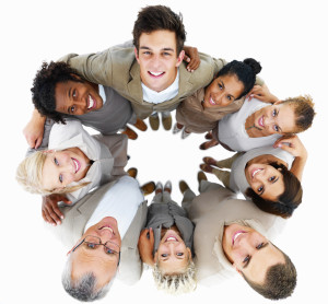 9 persones en cercle mostrant diversitat