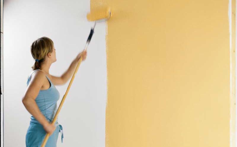 Chica pintando para ilustrar un artículo sobre padres primerizos en Mobiprix