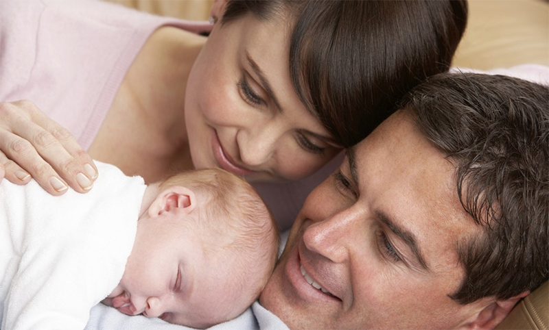 Padres con bebé recién nacido para ilustrar el artículo de Mobiprix: Padres primerizos