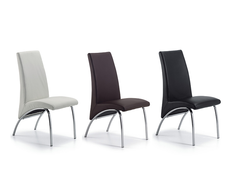 Tres sillas del mismo modelo en diferentes colores